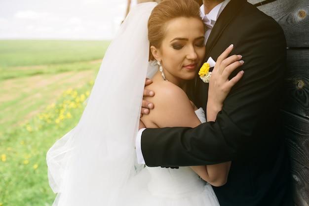 Bruid met hoofd over van haar man borst