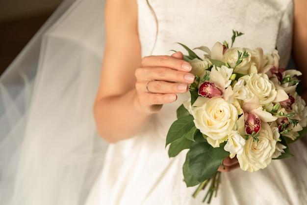 Bruid met huwelijksboeket op huwelijksdag
