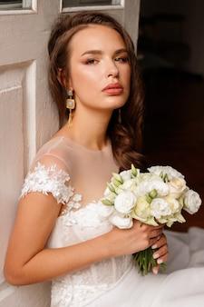 Bruid met make-up en kapsel op de huwelijksdag