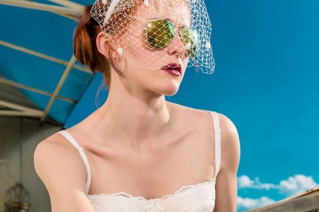 Bruid met sluier en lingerie voor haar huwelijk