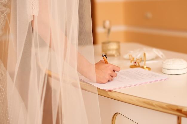 Bruid ondertekening huwelijksakte, handtekening huwelijkscontract
