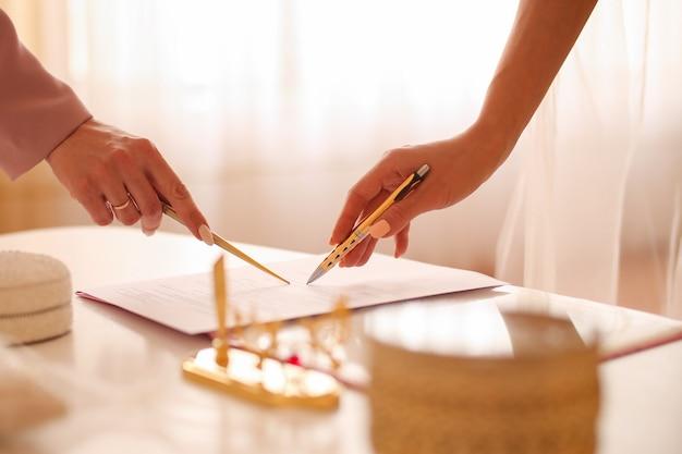 Bruid ondertekening huwelijksakte, handtekening huwelijkscontract.