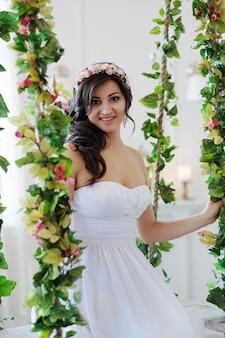 Bruid op een bloemenschommel