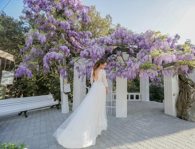 Bruid outdors in trouwjurk