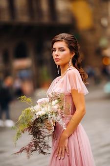 Bruid staat in het centrum van de oude stad van florence