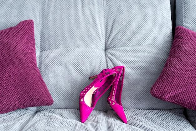 Bruid trouwschoenen. selectieve aandacht. paarse kleur. bruiloft concept. detailopname.