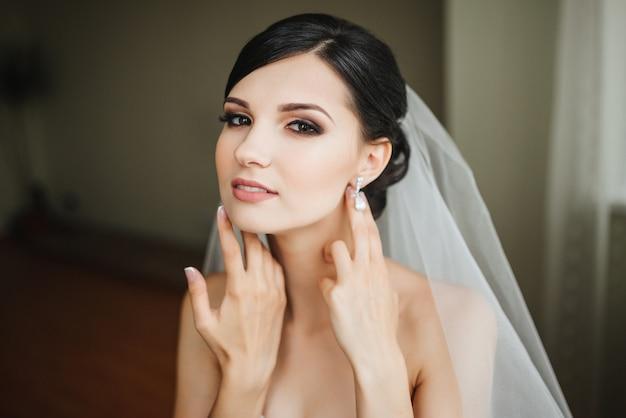 Bruid van het huwelijk gelukkig en klaar voor de bruiloft