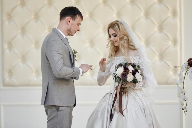 Bruid-vrouw en bruidegom registreren hun huwelijk. bruiloft in de natuur. liefde voor altijd