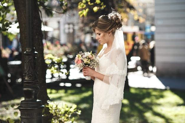 Bruid wacht op de bruidegom in het centrum van de oude stad