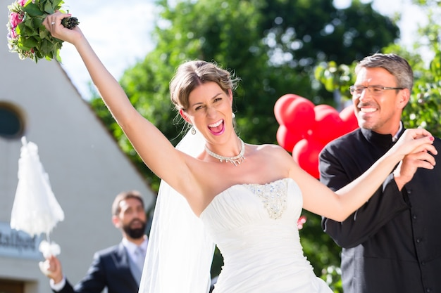 Bruid weglopen met priester na huwelijk