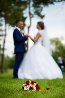 Bruidegom de bruid op de achtergrond van het boeket