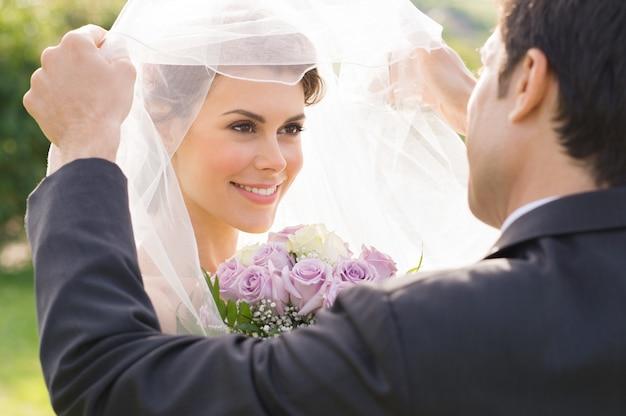 Bruidegom die bruid met liefde bekijkt