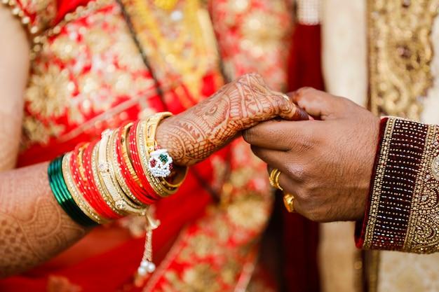 Bruidegom die bruids hand houdt