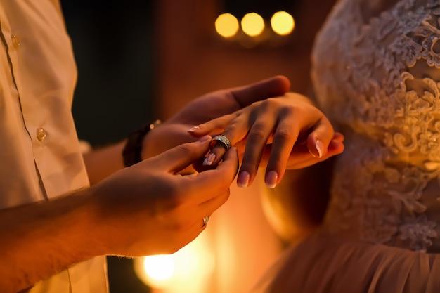 Bruidegom die ring geeft aan de bruid