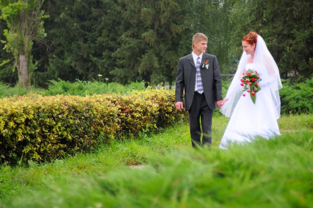Bruidegom en bruid die naar een nieuw leven lopen
