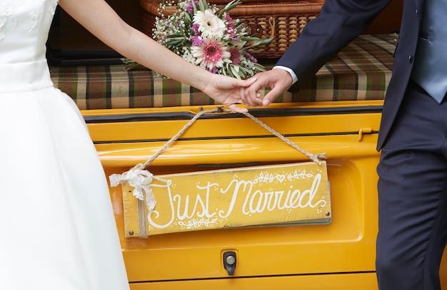 Bruidegom en bruid hand in hand
