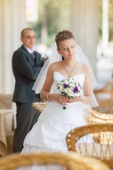 Bruidegom en bruid in café