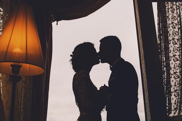 Bruidegom en bruid in een hotel