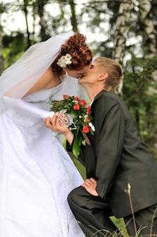 Bruidegom en bruid, kussen