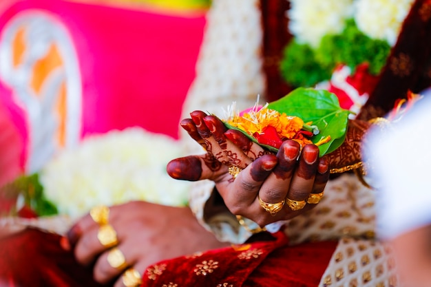 Bruidegom en bruid met groen blad en lord ganesha-beeldhouwwerk in de hand