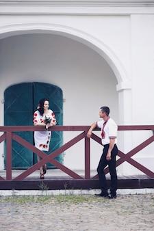 Bruidegom en bruid op de bruiloft in de oekraïense stijl