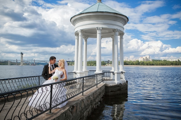Bruidegom en bruid op hun trouwdag
