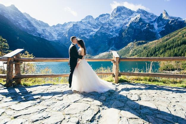 Bruidegom en bruid op huwelijksdag