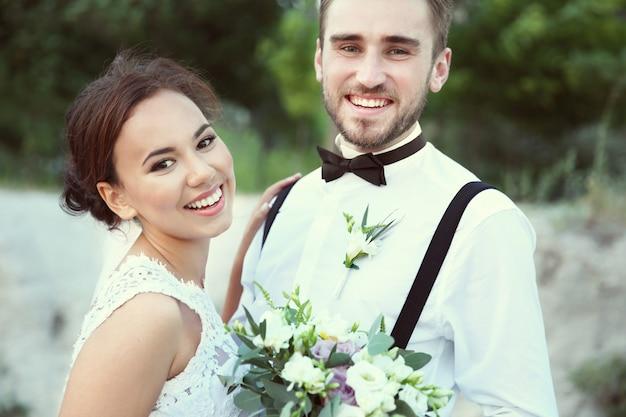 Bruidegom en bruid op romantisch moment buitenshuis