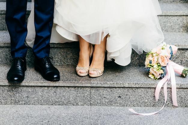 Bruidegom en bruid op trappen