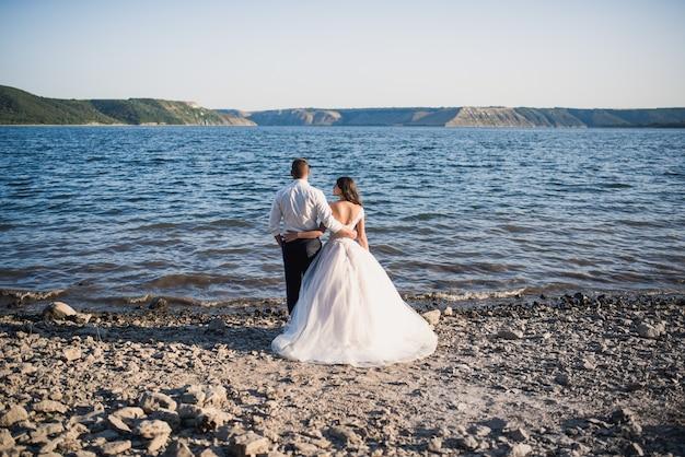 Bruidegom en bruid staan in omhelzing