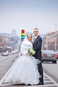Bruidegom en bruid tijdens wandeling in de stad