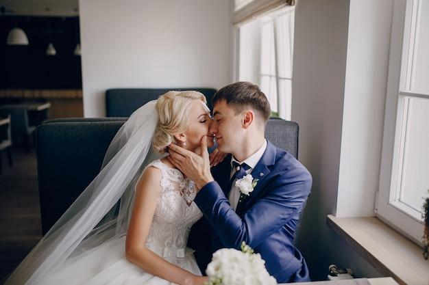 Bruidegom en de bruid kussen