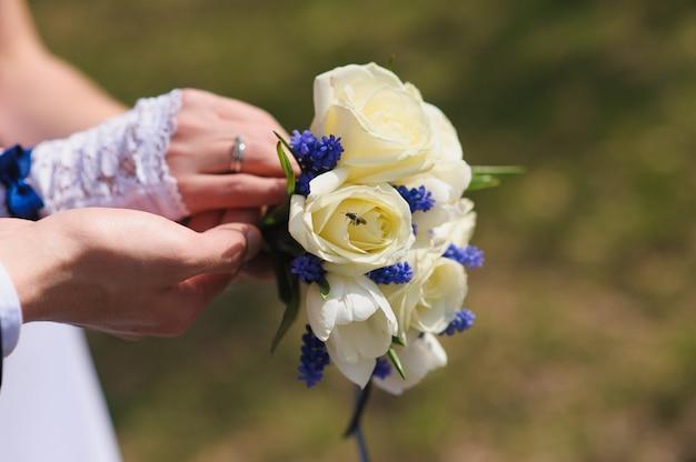 Bruidegom en de bruid met een boeket rozen