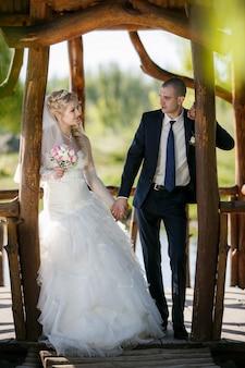 Bruidegom en de bruid tijdens wandeling in hun trouwdag