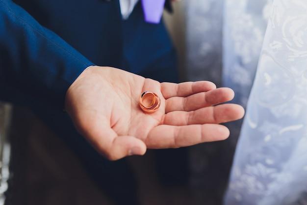 Bruidegom houdt trouwringen