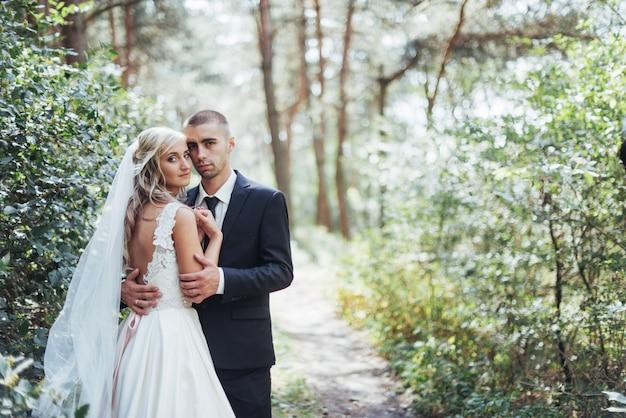 Bruidegom in een park op hun trouwdag