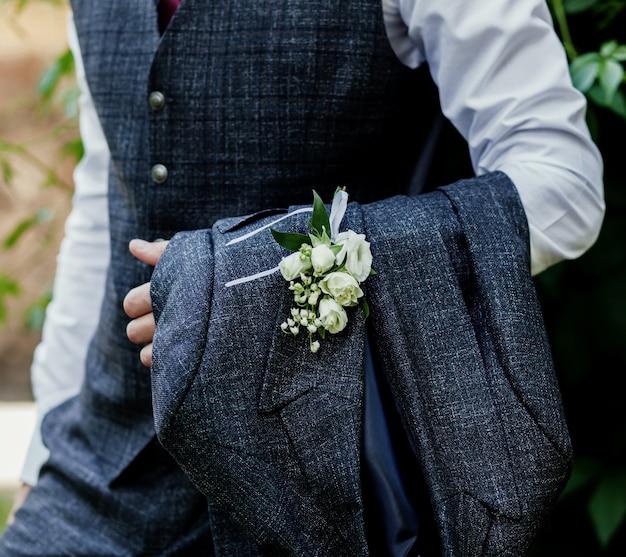 Bruidegom in het trouwpak. knappe bruidegom bereidt zich voor op de bruiloft