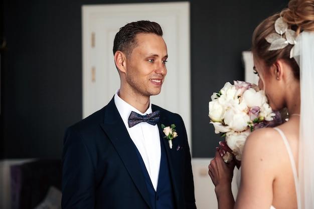 Bruidegom kijkt naar zijn mooie bruid