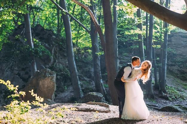 Bruidegom knuffelt en wil de bruid kussen