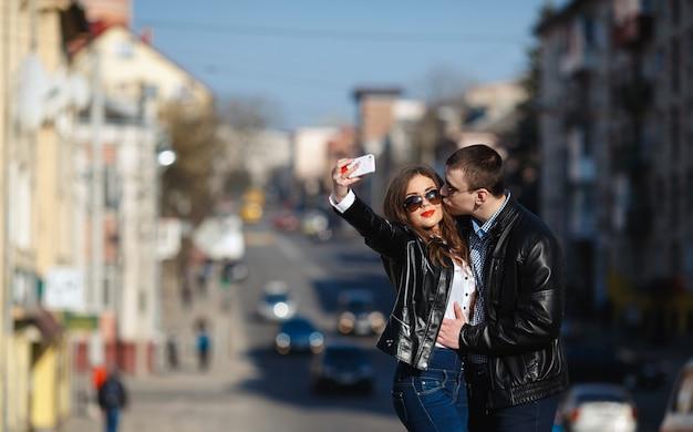 Bruidegom kussen wang van zijn vriendin voor de foto