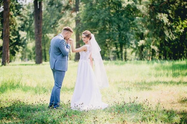 Bruidegom kust zijn hand