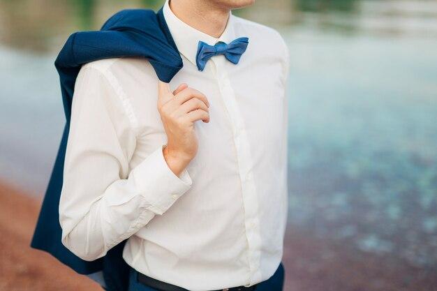 Bruidegom met blauwe bowtieclose-up