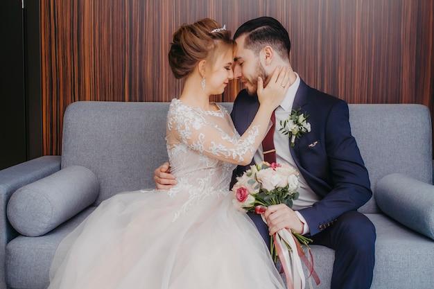 Bruidegom met bruid in hotelkamer