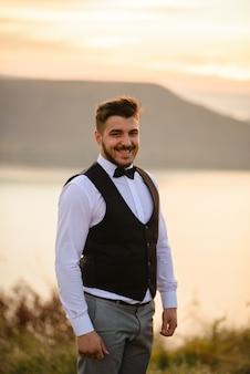 Bruidegom op een bruiloft fotosessie
