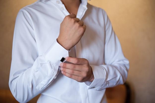 Bruidegom op een wit shirt met manchetknopen