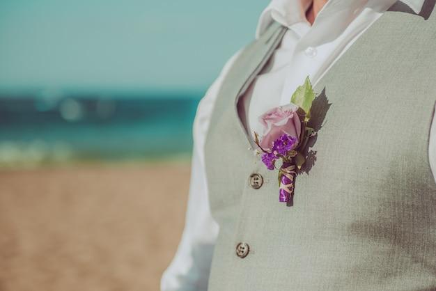 Bruidegom op het strand.