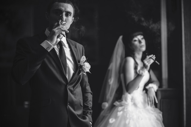 Bruidegom puffing een sigaar