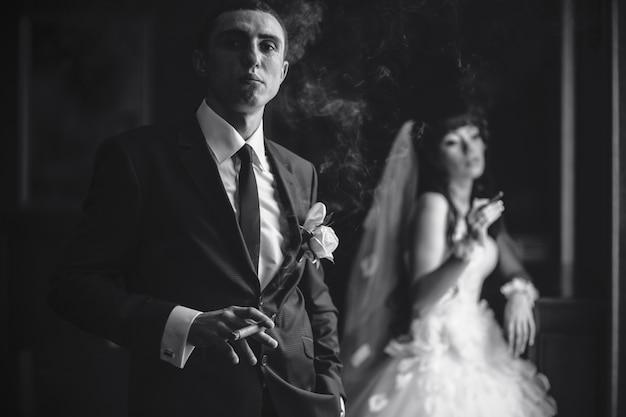 Bruidegom rokende sigaar