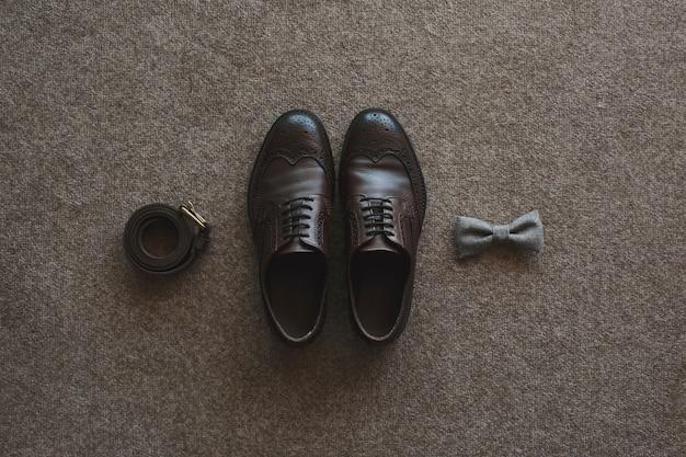 Bruidegom's ochtend. bruiloft accessoires. schoenen, stropdas, ringen.