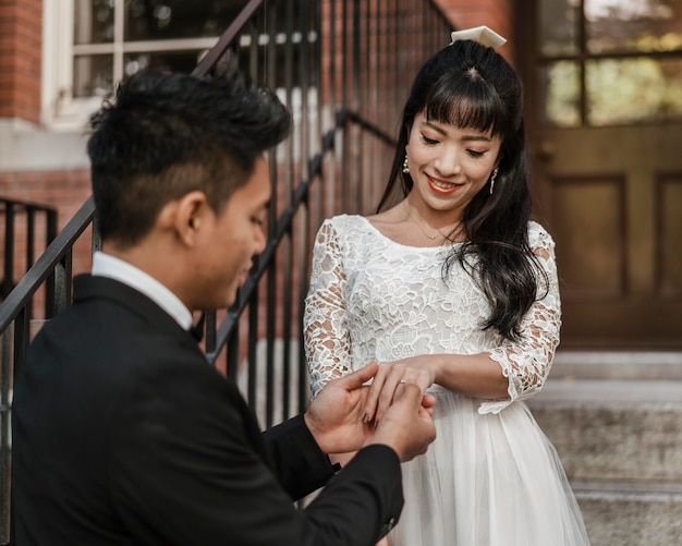 Bruidegom trouwring zetten bruid vinger